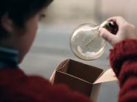 Un niño y una bombilla mágica guían la campaña navideña de El Corte Inglés